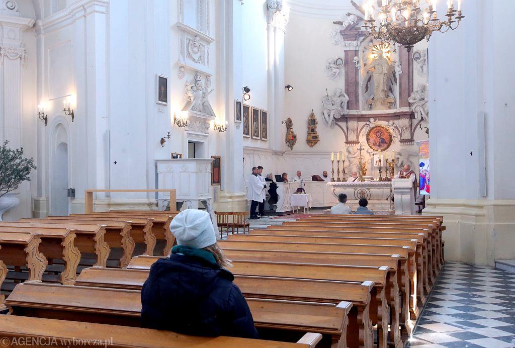 By spotkać się ze wszystkimi parafianami księża będa mogli odprawiać kilka mszy dziennie.