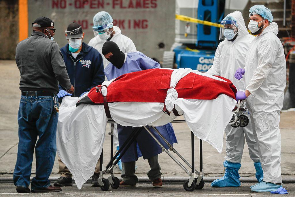 31.03.2020 Nowy Jork. Pracownicy medyczni przewożą ciało osoby zmarłej z powodu zakażenia COVID-19.