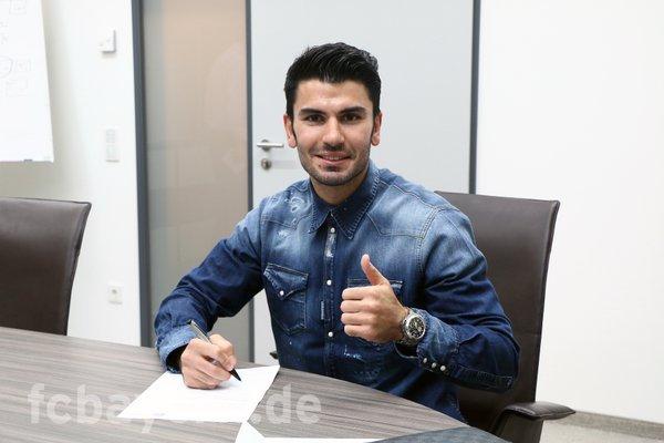 Serdar Tasci podpisuje kontrakt z Bayernem