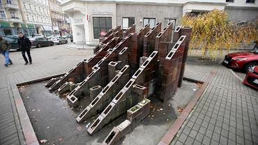 Zdewastowana rzeźba strukturalna Fontanna Labirynt