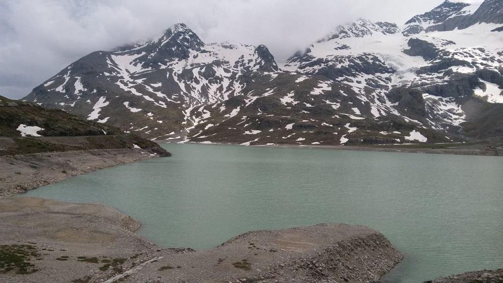 Pociąg w miejscowości Ospizio Bernina zatrzymuje się 2253 metrze i to tuż na jeziorem Lago Bianco położonym u podnóża Alp