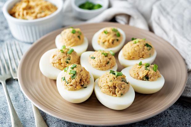 Jajka faszerowane na Wielkanoc. Prosty przepis na pyszną świąteczną przekąskę