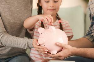 Kiedy zacząć rozmawiać z dziećmi o pieniądzach? Wtajemniczajmy dzieci w rodzinne wydatki, niech wiedzą, co i ile kosztuje