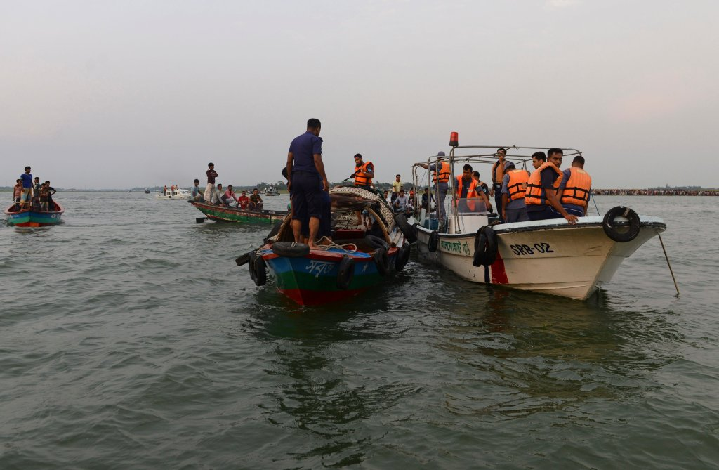 Trwają poszukiwania zaginionych pasażerów zatopionego promu