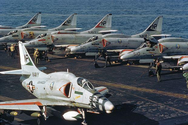 Samoloty szturmowe A-4 Skyhawk. W takim został zestrzelony McCain