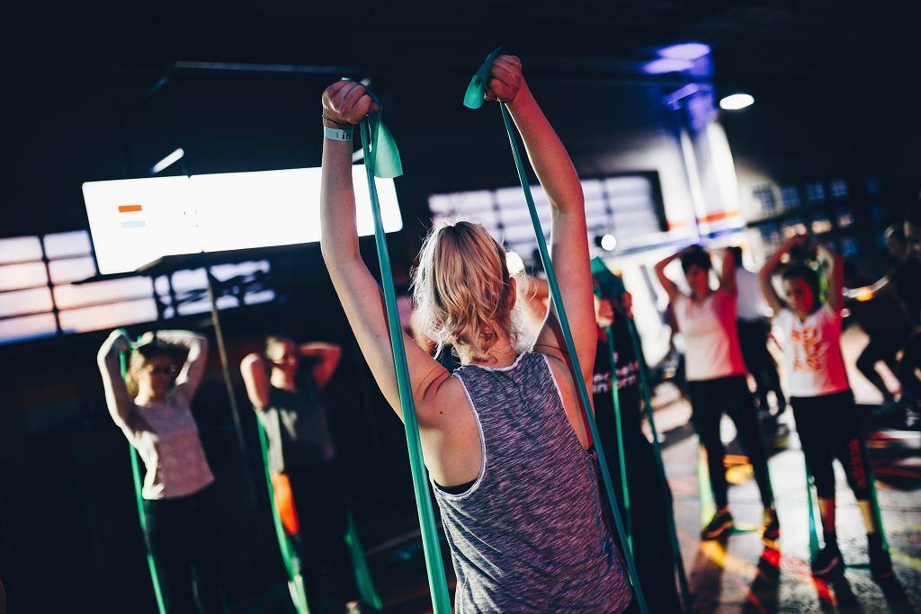 taśmy treningowe sprawdzą się w domu i na siłowni