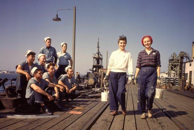 Październik, 1943 r. Nowy Londyn, Connecticut. Marynarze przyglądają się kobietom w dżinsach. Po latach dżinsy stały się bardziej obcisłe, co doprowadziło do skandalicznego wyroku wydanego w latach 60. przez sąd we Włoszech. Mężczyzna został uwolniony od zarzutu gwałtu, ponieważ 'nie da się zdjąć tak obcisłych dżinsów bez pomocy', a więc kobieta musiała współpracować. Podobny wyrok zapadł w 1999 r., co doprowadziło do protestów i ustanowienia Dnia Denimu, kiedy w proteście przeciwko seksualnemu molestowaniu nosi się obcisłe dżinsy.