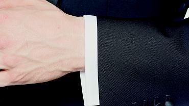 Mankiet koszuli powinien być centymetr dłuższy od rękawa marynarki.