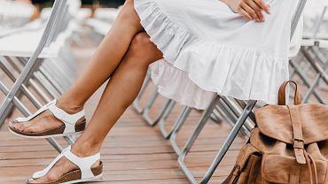 jasne sandały na lato