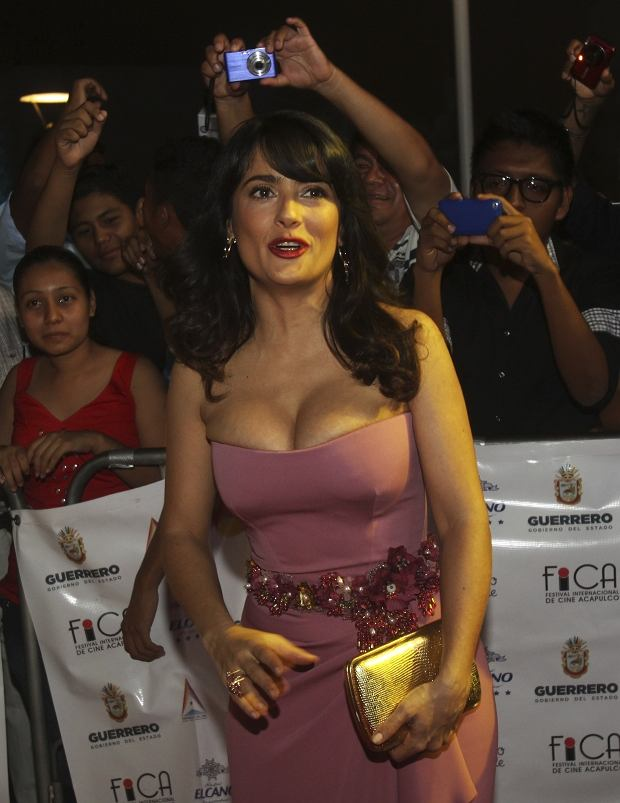 Mexican actress Salma Hayek arrives for the closing ceremony of the Acapulco International Movie Festival in Acapulco November 30, 2012. REUTERS/Jacobo Garcia (MEXICO - Tags: ENTERTAINMENT)
