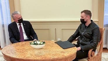 Narada prezydenta Litwy Gitanasa Nausedy (z lewej) z szefem litewskiego MSZ Gabrieliusem Lansbergisem po informacjach o zatrzymaniu przez Mińsk samolotu z Romanem Protasiewiczem na pokładzie, 23 maja 2021 r.