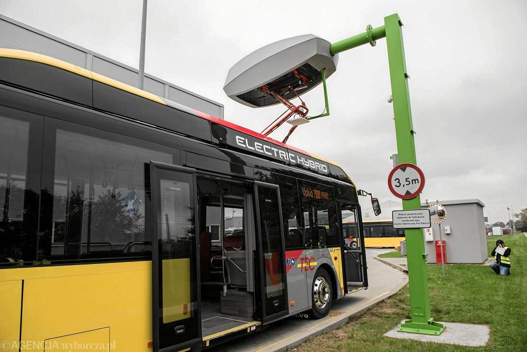 Zelektryfikowany autobus miejski produkcji Volvo Buses. Miejsce do ładowania
