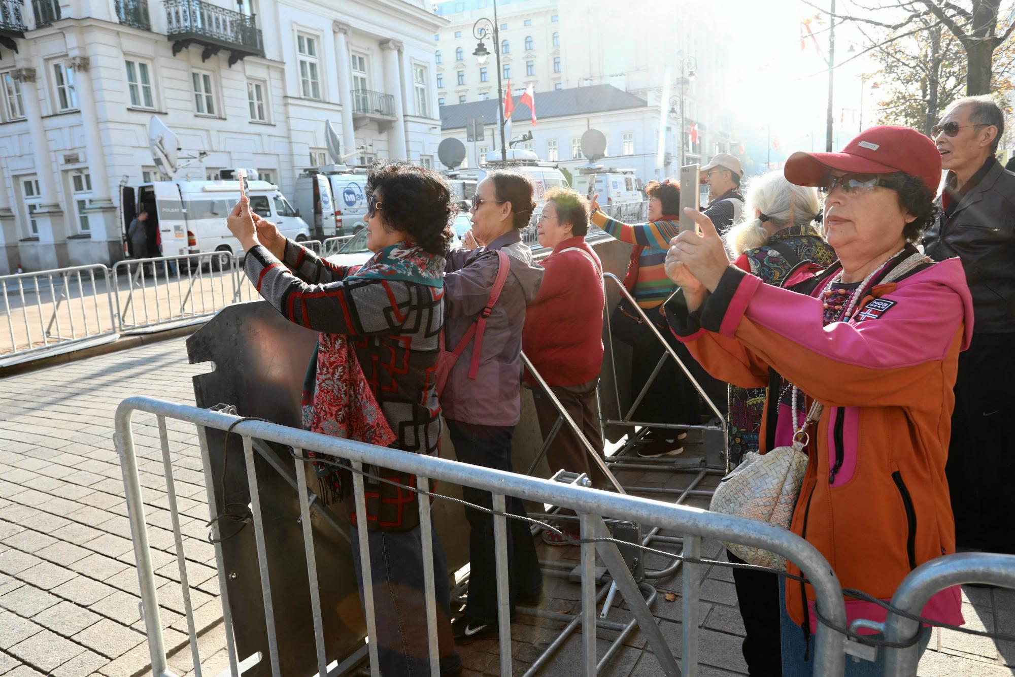 Rok 2017. Turyści przed Pałacem Prezydenckim w Warszawie (fot: Sławomir Kamiński/Agencja Gazeta)
