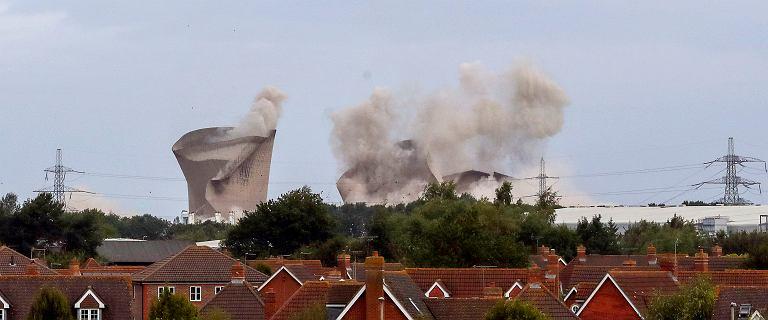 Brytyjczycy próbowali zniszczyć starą elektrownię. Prawie się udało [WIDEO]