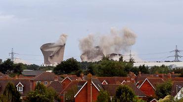 Wielka Brytania. Wyburzanie kominów nieczynnej elektrowni.