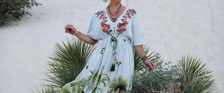 Te piękne sukienki są idealne na plażę (i nie tylko). Kolorowe modele odmładzają. TOP propozycje dla kobiet po 50-tce!