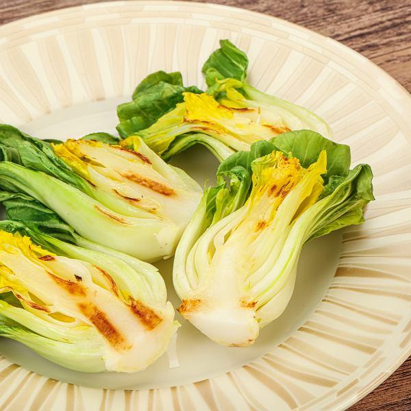 Kapusta pak choj, czyli kapusta chińska właściwa (nie mylić a pekińską) jest delikatna, mięsista i chrupiąca. Wyśmienicie smakuje krótko smażona i lekko podgotowana na parze, podawana np. z dodatkiem pikantnego sosu