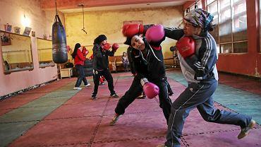 Obdrapane ściany, zakurzona podłoga, potłuczone szyby w oknach. Mocno przechodzone sprzęty, którymi pogardziłaby niejedna osiedlowa siłownia. Takie warunki nie przeszkadzają afgańskim pięściarkom w treningach bokserskich. W sali gimnastycznej w Kabulu przygotowują się do walki o igrzyska olimpijskie w Rio de Janeiro (2016).