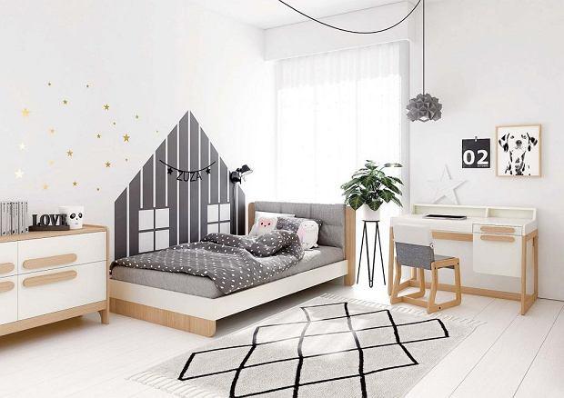 MAŁE CZTERY KĄTY. Ścianę bajkowego domku można zrobić z płyty MDF lub namalować farbami na ścianie za pomocą wyciętego z kartonu szablonu. Na zdjęciu - meble marki Timoore. Wszystkie elementy drewniane są pokryte naturalnymi olejami i hipoalergicznymi farbami, a narożniki mebli - bezpiecznie zaokrąglone.