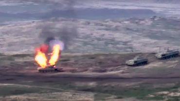 Fragment filmu pokazującego zniszczenie azerskiego czołgu, w trakcie walk z wojskami Armenii.