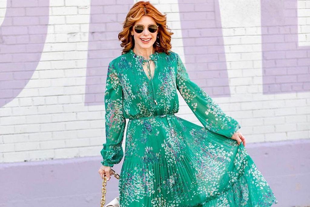 Eleganckie sukienki w kwiaty dla kobiet po 50-tce