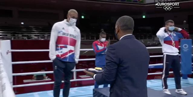"""Wielkie kontrowersje na podium IO. """"Schował medal i patrzył w ziemię"""""""