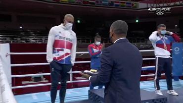 Ben Whittaker (Wielka Brytania) podczas ceremonii medalowej na IO w Tokio 2020. Źródło: Eurosport
