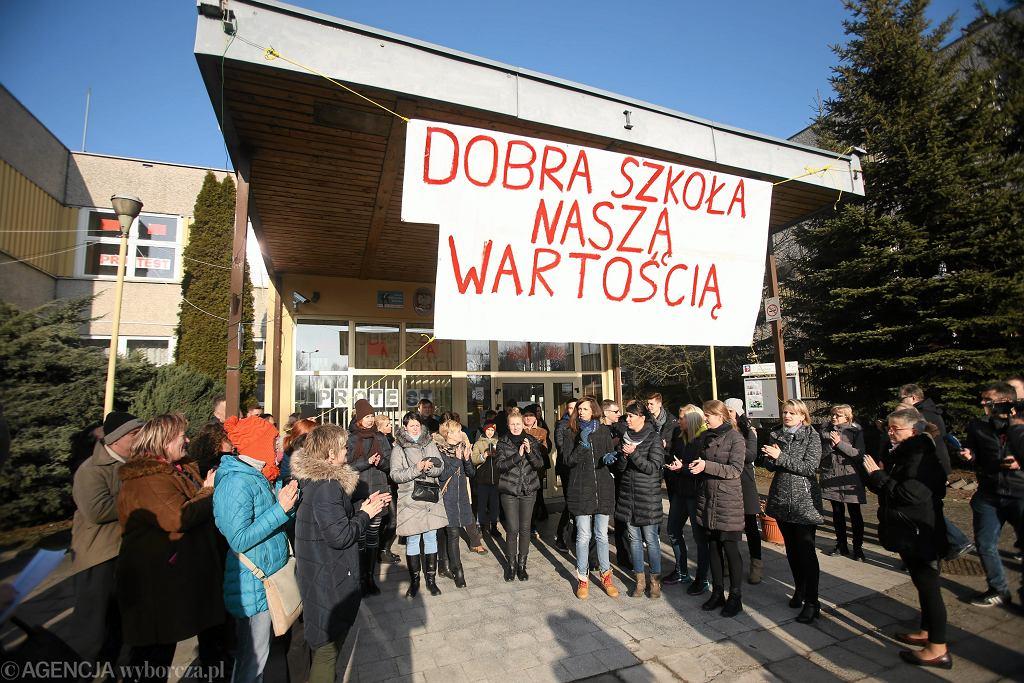 Manifestacja przeciwko likwidacji gimnazjum w Szczecinie