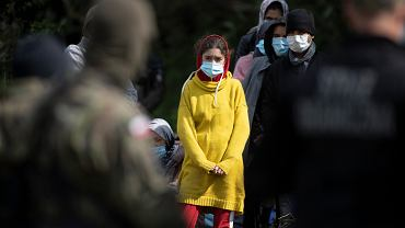 Migranci od kilkunastu dni przetrzymywani na granicy polsko-białoruskiej. Straż Graniczna nie wpuszcza ich do Polski, białoruscy pogranicznicy nie pozwalają im się cofnąć. Usnarz Górny, 19 sierpnia 2021