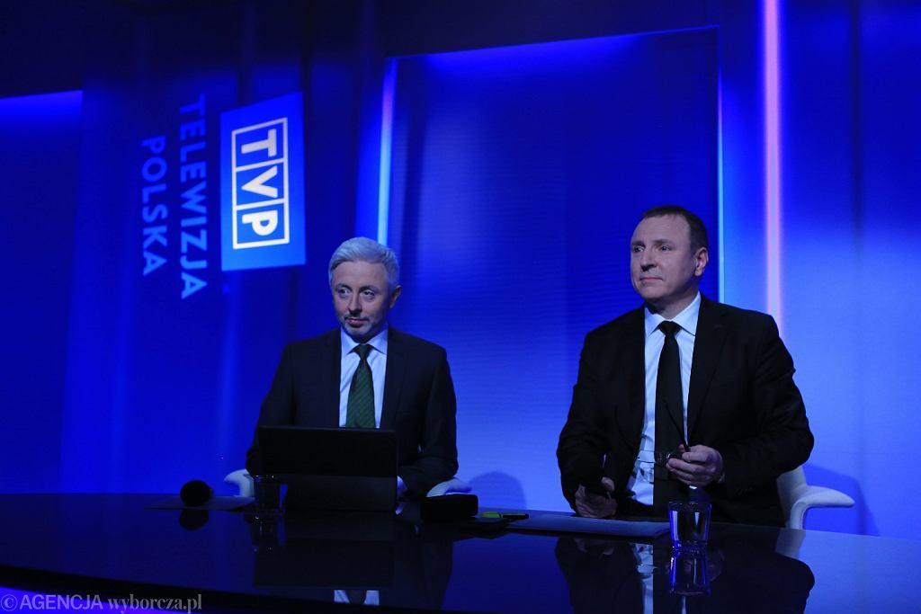 Członek Zarządu Maciej Stanecki i prezes Jacek Kurski podczas konferencji prasowej dotyczącej podsumowania rocznej pracy zarządu TVP SA