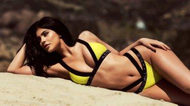 Kolekcja Kendall + Kylie Swim dla Topshop. Kylie Jenner zachęca do zakupu bikini jej projektu, trochę przypominającego produkt z zeszłorocznej kolekcji God Save Queens