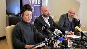 Olga Tokarczuk, Jacek Sutryk i Irek Grin na konferencji prasowej na temat fundacji powołanej przez noblistkę