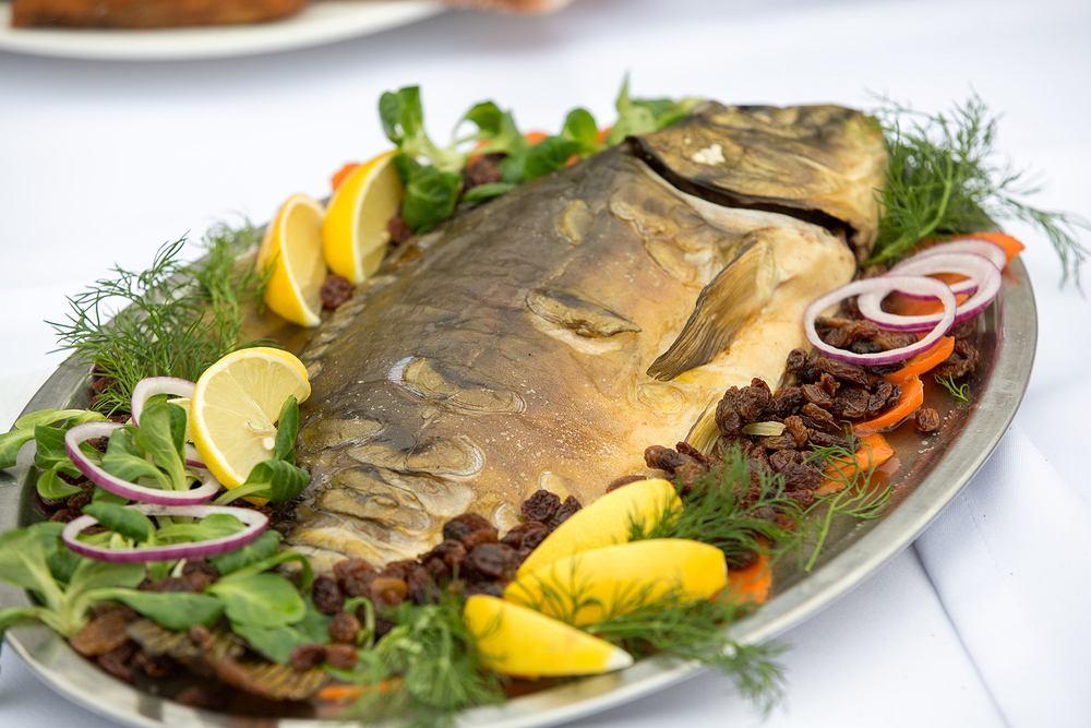 Karp po żydowsku to danie tradycyjnie przygotowywane przez polskich i ukraińskich Żydów
