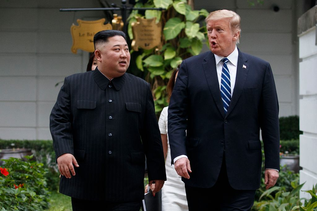 Prezydent USA Donald Trump i przywódca Korei Północnej Kim Dżong Un podczas szczytu w Hanoi, 28 lutego 2019.