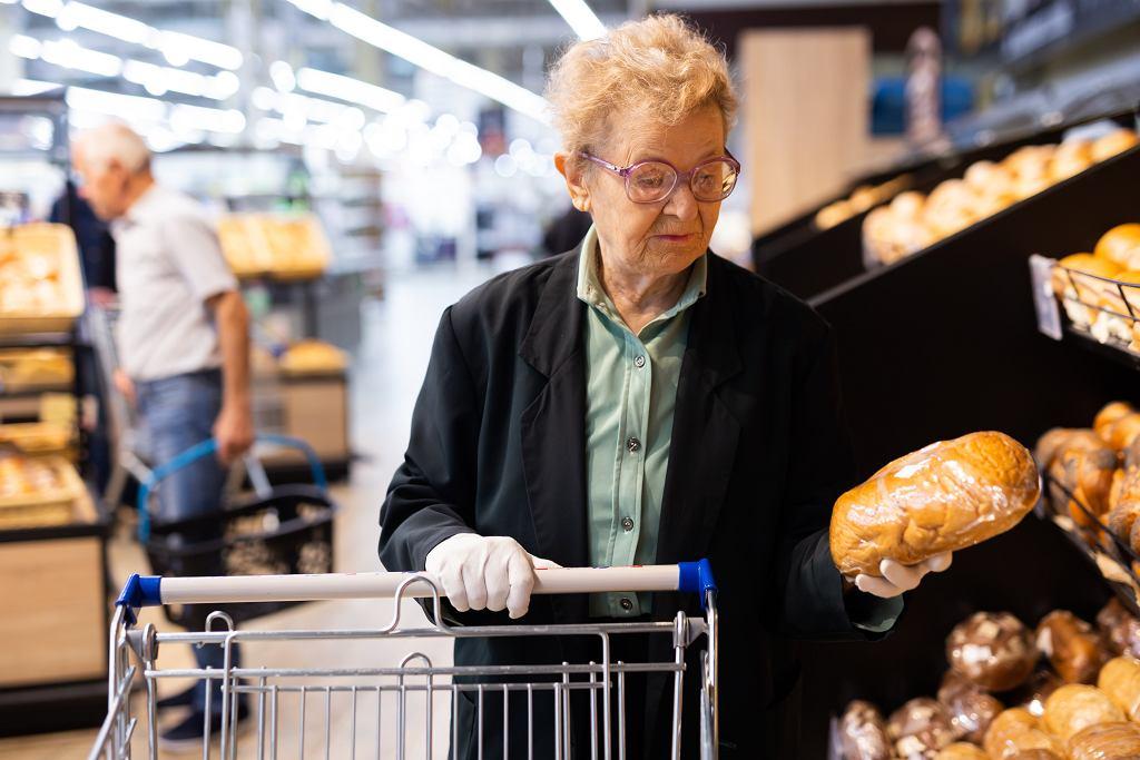 Starsza kobieta w sklepie