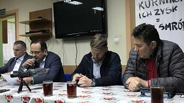 Wójt gminy Roman Boguś i inwestor Hubert Linka podczas spotkania w Niewierzu dot. protestu przeciwko fermie na 441 tys. sztuk drobiu