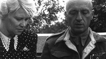 Antonina i Jan Żabińscy karmią chorego ptaka. Jan (1897-1974) zawsze mówił, że prawdziwą bohaterką w czasie wojny była jego żona Antonina (1908-71). To ona organizowała życie w willi i ogrodzie oraz ratowała sytuację w chwilach zagrożenia. To ona umilała ludziom życie i mimo strachu przed śmiercią nigdy nie wahała się pomagać innym. Jego zdaniem źródłem siły Antoniny była miłość do zwierząt.