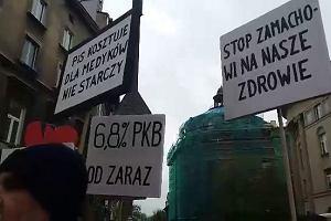 Pacjenci w Krakowie demonstrowali w obronie lekarzy