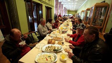 Wielkanocne śniadanie dla bezdomnych i potrzebujących