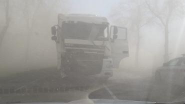 Burza piaskowa na drodze numer 60 w Makowie Mazowieckim