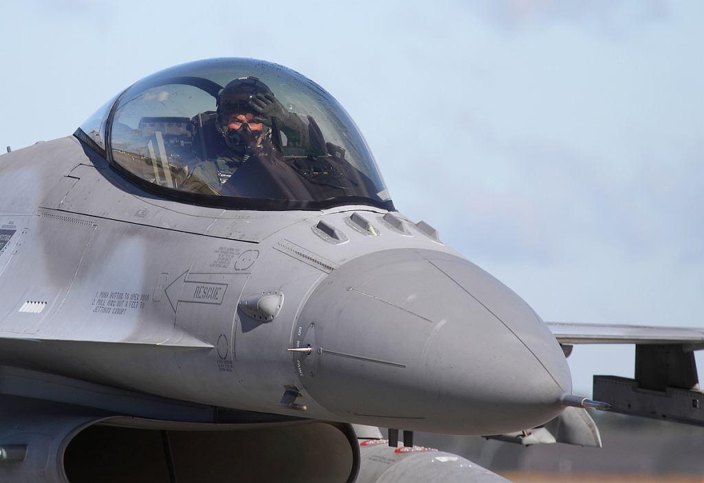 Ppłk Marcin Modrzewski za sterami F-16 podczas kołowania