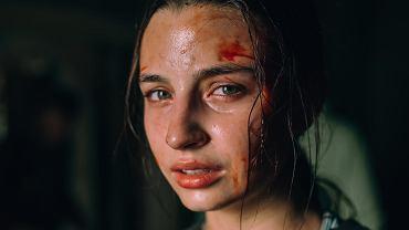 Julia Wieniawa jako Zosia, w polskim horrorze 'W lesie dziś nie zaśnie nikt'. W warszawskich kinach sieci Multikino film będzie można obejrzeć od 19 czerwca.