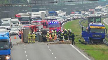 Przewrócony walec spowodował ogromne utrudnienia w ruchu na autostradzie A2