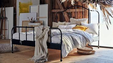 Łóżko sypialniane z czarną ramą to wybór z charakterem.