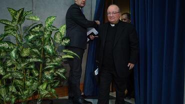 Abp Charles Scicluna podczas konferencji prasowej w Watykanie, która dotyczyła papieskiego dokumentu 'Vos estis lux mundi' - o zgłaszaniu przypadków nadużyć seksualnych, których sprawcami są duchowni