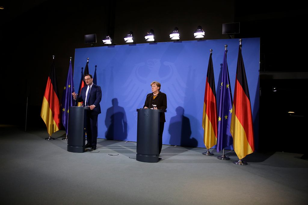 Kanclerz Angela Merkel i minister zdrowia Jens Spahn