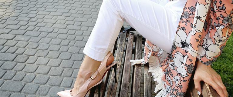Beżowe i białe spodnie. Śliczne modele w najmodniejszych fasonach. Idealne na ciepłe dni
