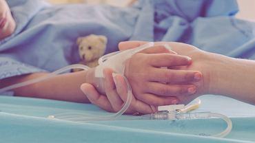 Bywa, że dzieci z PIMS od razu trafiają na OIOM. Przez załamanie się układu krążenia, znaczne spadki ciśnienia, wstrząs kardiogenny. Drugi powód to załamanie się układu oddechowego. Dochodzi do ciężkiego zapalenia płuc, dziecko staje się niewydolne i wymaga respiratora.
