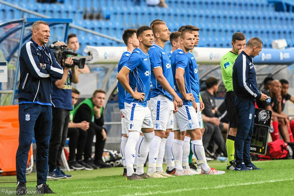 Trener Dariusz Żuraw (z lewej) nie boi się stawiać na młodych piłkarzy