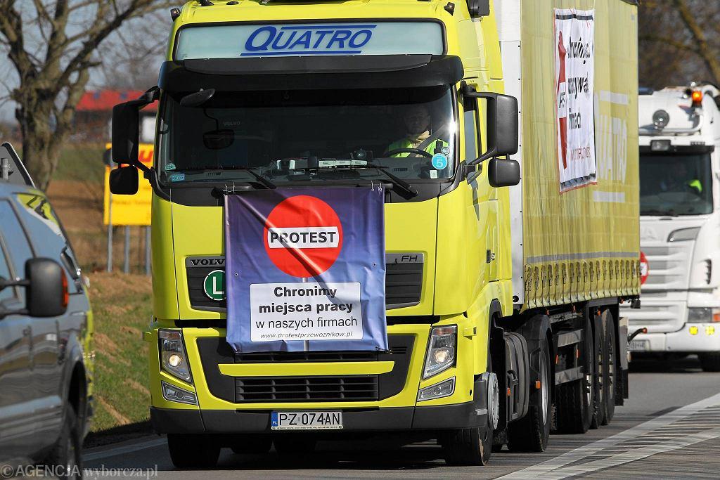 Protest kierowców na autostradzie przy granicy z Niemcami w Kołbaskowie